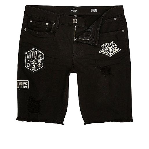 Schwarze Skinny Jeans-Shorts mit Aufnäher