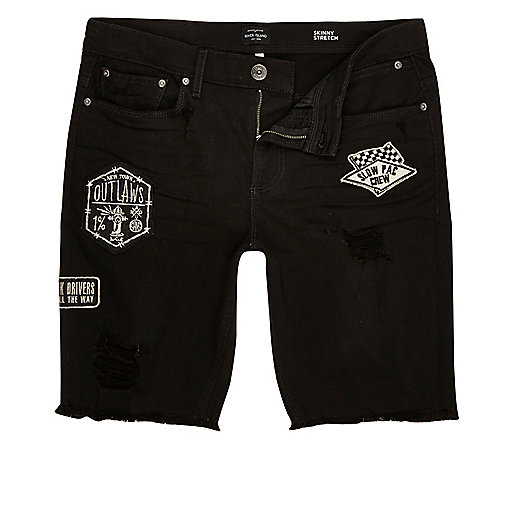 Short en jean skinny noir à bords effilochés et écussons