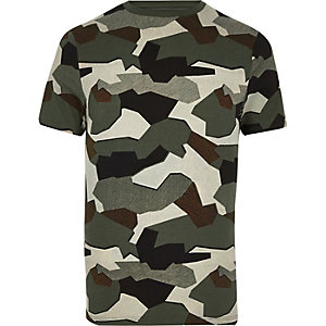 Grünes figurbetontes T-Shirt mit Camouflage-Muster