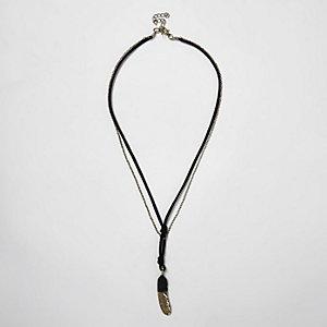 Collier noir en chaîne à cordon et plume