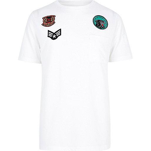 T-shirt blanc avec badge