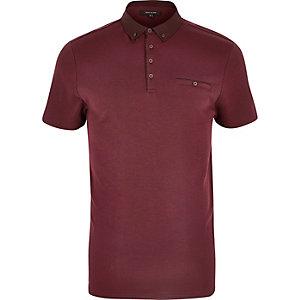 Dunkelrotes, geknöpftes Poloshirt