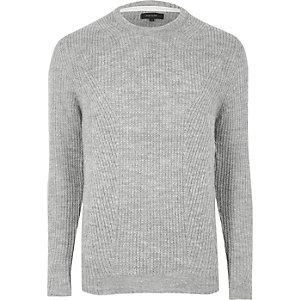 Grauer gerippter Pullover mit Rundhalsausschnitt