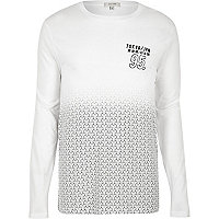 Weißes langärmliges T-Shirt mit Geomuster