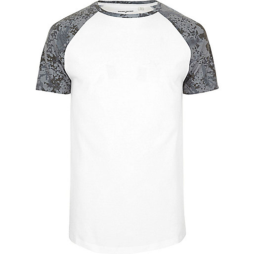 Weißes, strukturiertes Raglan-T-Shirt mit Camouflage-Muster