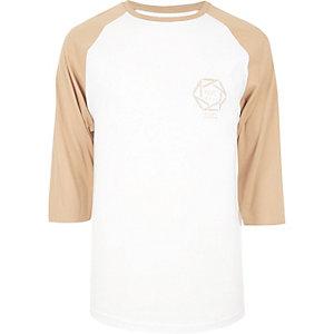Raglan-T-Shirt mit NYC-Print in Weiß und Camel