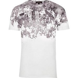Weißes schulterfreies T-Shirt mit Print in Rissoptik