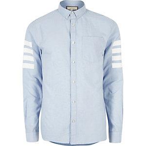 Chemise Oxford bleue avec manches à rayures contrastantes