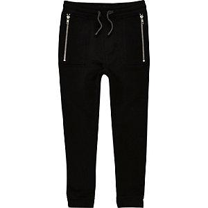 Schwarze Jogginghose mit tiefem Schritt