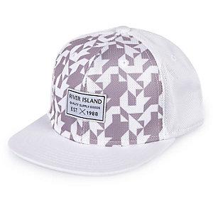 Weiße Kappe mit geometrischem Muster