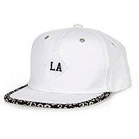 Weiße Kappe mit Leopardenprint