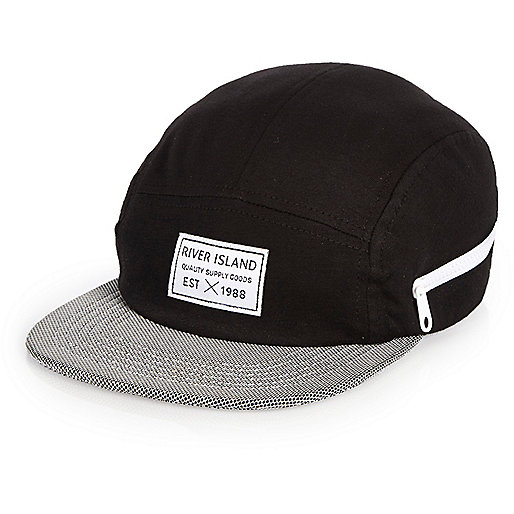 Schwarze Kappe mit Kontrastbahn