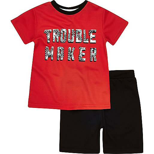 Outfit mit rotem T-Shirt und Shorts