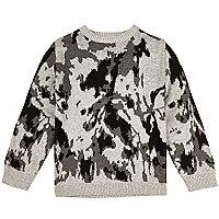 Grauer Strickpullover mit Camouflage-Muster