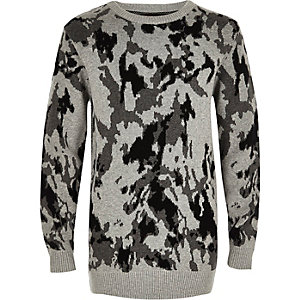 Grauer Pullover mit Camouflage-Muster