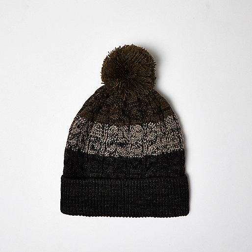 Mütze in Khaki mit Bommeln