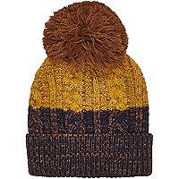 Senfgelbe Mütze mit Bommeln und Streifen