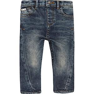 Blaue Jeans mit verdrehtem Saum