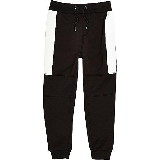 Schwarze, sportliche Jogginghose mit Muster