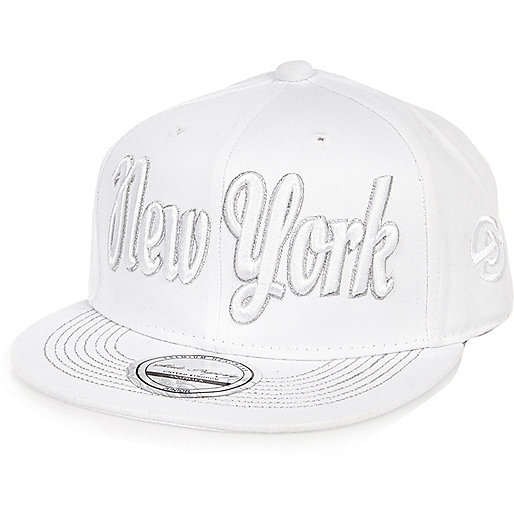 Weiße, flache NYC-Kappe