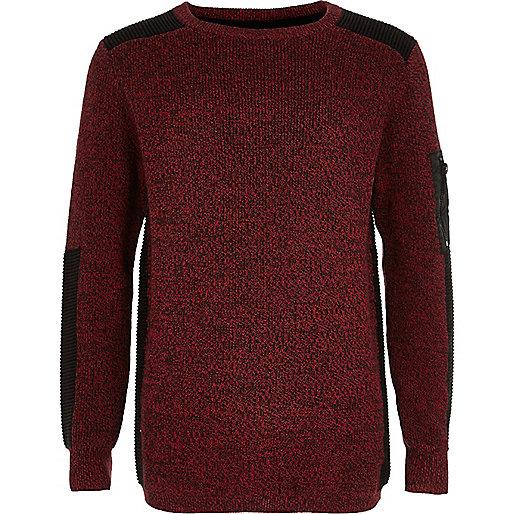 Roter Pullover mit gerippten Schultern