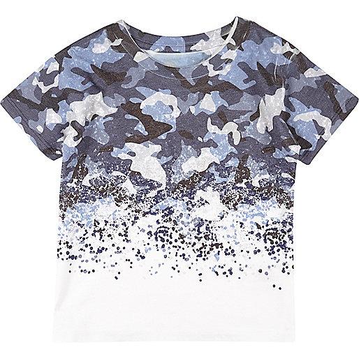 Blaues, vorgewaschenes T-Shirt