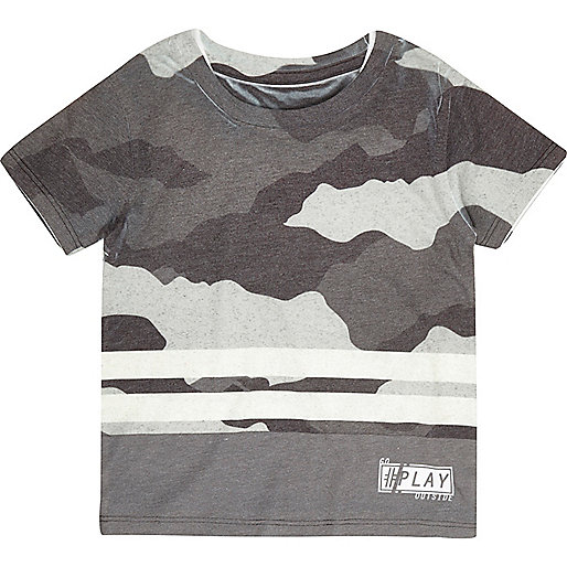 Graues, gestreiftes T-Shirt mit Camouflage-Muster