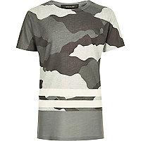 Graues, gestreiftes T-Shirt mit Camouflage-Muster