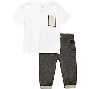 Weißes Outfit mit Jogginghose und T-Shirt