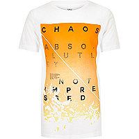 Weiße T-Shirt mit Chaos-Slogan