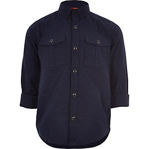 Marineblaues Oxfordhemd im Militärlook