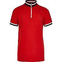 Rotes, hochgeschlossenes Polohemd