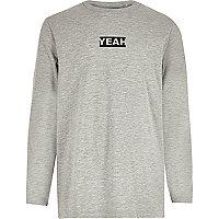 """Graues, langärmliges T-Shirt mit """"yeah""""-Aufdruck"""