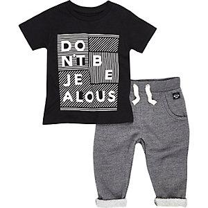 Outfit in Schwarz mit T-Shirt und Jogginghose