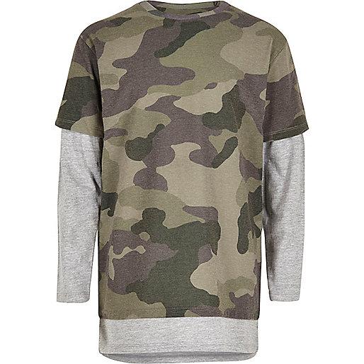 T-Shirt in Khaki mit Camouflage-Muster im Lagen-Look
