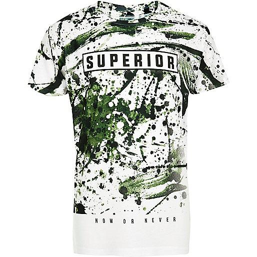 """Weißes T-Shirt mit Camouflage-Muster und """"Superior""""-Aufschrift"""