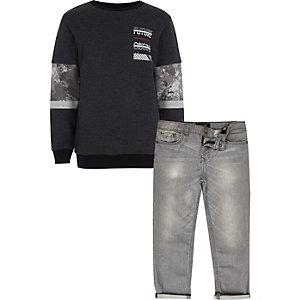 Graues Sweatshirt und Jeans mit Camouflage-Muster