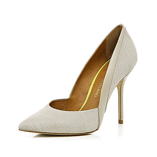 Beige pointed court shoes