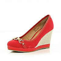 Red chain front wedge court shoes