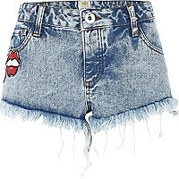 Acid wash badge frayed denim shorts