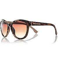 Brown tortoise shell oversized sunglasses