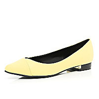 Yellow pointed ballet pumps