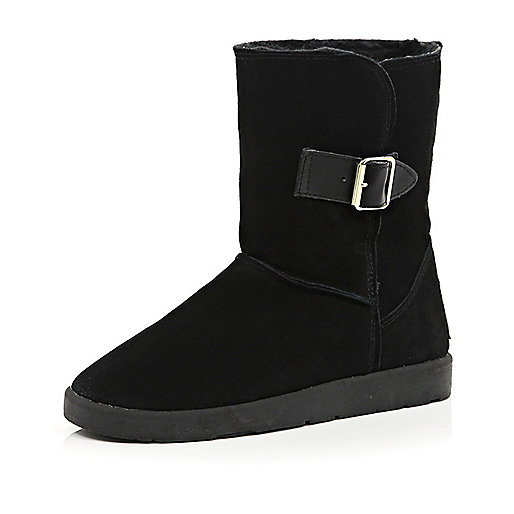 Black faux fur lined buckle trim boots