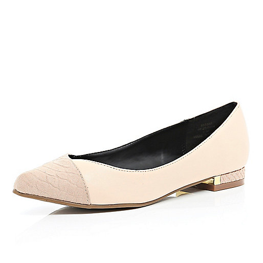 Light pink pointed ballet pumps