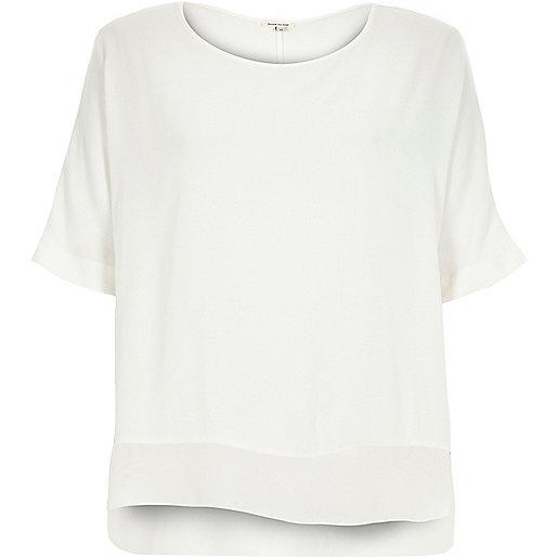 Leichtes weißes T-Shirt mit Chiffon-Saum