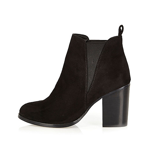 Black heeled Chelsea boots