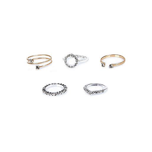 Verschiedene zarte Ringe im Set