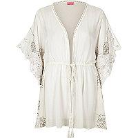 Weißer, verzierter, transparenter Kimono