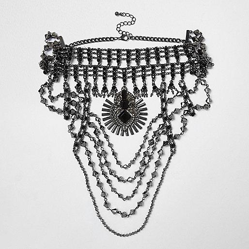 Collier de perles ras du cou gris foncé drapé