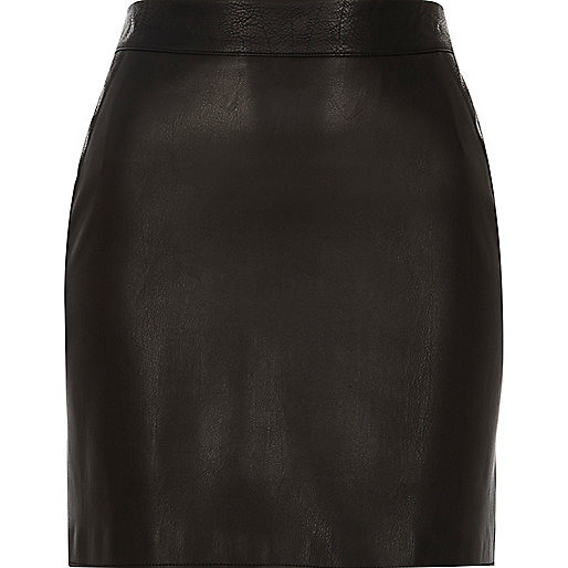 Minijupe en cuir synthétique noir